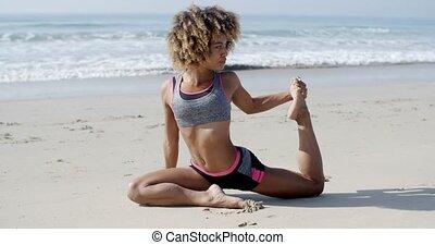 vrouw, in, yoga houding, op het strand