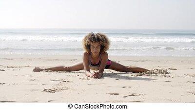 vrouw, in, yoga positie, aan het strand