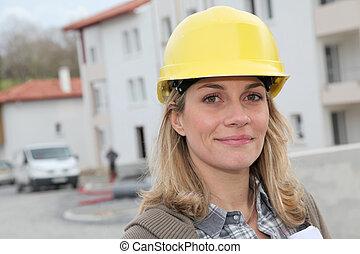 vrouw, ingenieur, met, veiligheid, helm, staand, op, gebouw stek