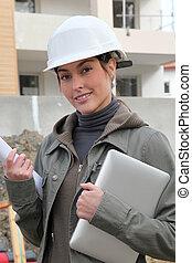 vrouw, ingenieur, met, witte , veiligheid, helm, staand, op, gebouw stek