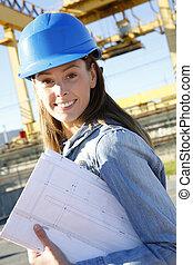 vrouw, ingenieur, staand, op, gebouw stek, met, plan