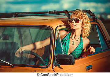 vrouw, is, geleider, een, oud, gele, auto., landelijk, achtergrond.