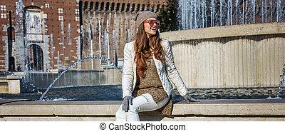 vrouw, italië, toerist, zittende , milaan, fontijn, vrolijke...