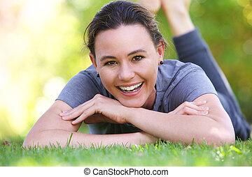 vrouw, jonge, buitenshuis, het glimlachen, gras, het liggen