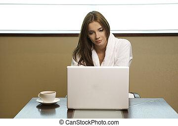 vrouw, jonge, computer, blik, haar, draagbare computer