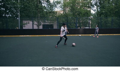 vrouw, jonge, football., speler, sexy, voetbal, spelend