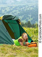 vrouw, jonge, kamperen
