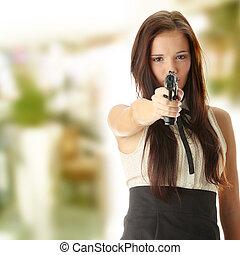 vrouw, jonge, overhandiig vuurwapen