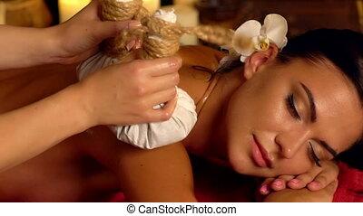vrouw, jonge, poultice, warme, hebben, spa, salon., masseren