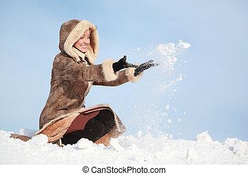 vrouw, jonge, sneeuw, het hurken, handen, werpen
