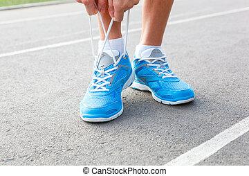vrouw, jonge, sporten, closeup, schoen, knopende