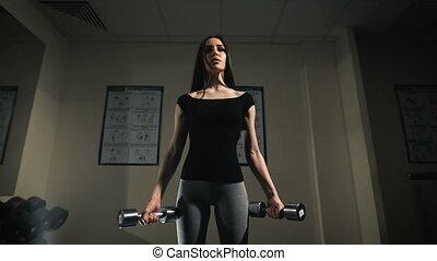 vrouw, jonge, sporten, dumbbells, gym., oefeningen