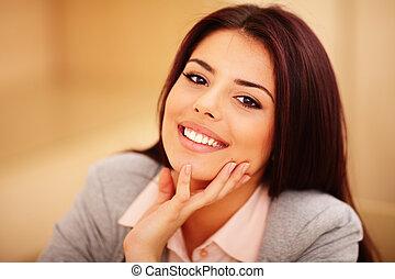 vrouw, jonge, zeker, closeup, verticaal, het glimlachen