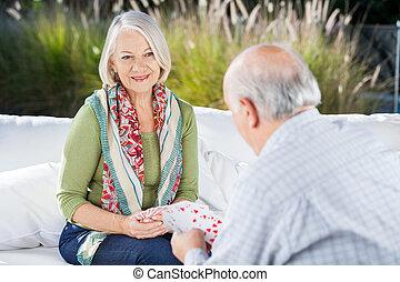vrouw, kaarten, hogere mens, spelend, vrolijke