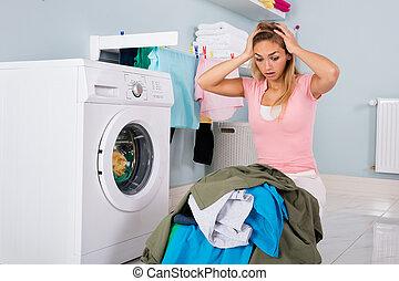 vrouw, kamer, ongelukkig, het kijken, nut, kleren