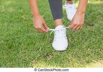 vrouw, kant, gedeelte, park, laag, knopende schoen