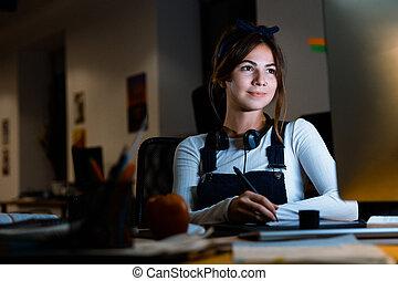 vrouw, kantoor, tablet, zittende , jonge, ontwerper, werkende , computer, het glimlachen, night.
