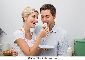 vrouw, keuken, het voeden, gebakje, man, vrolijke