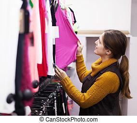 vrouw, kies, hemd, op, de opslag van de kleding