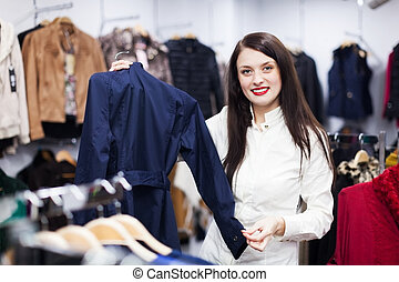 vrouw, kies, jas, op, boutique