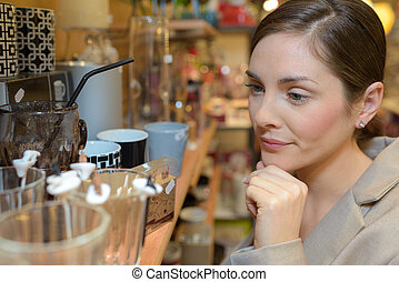vrouw, kies, keukengerei, op, kleinhandelswinkel