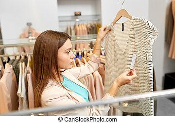 vrouw, kies, kleren, op, de opslag van de kleding