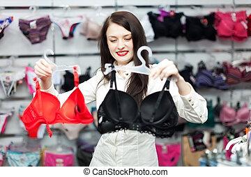 vrouw, kies, ondergoed, op, de opslag van de kleding