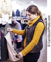 vrouw, kies, rok, op, winkel
