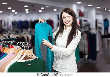 vrouw, kies, trui, op, de opslag van de kleding