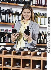 vrouw, kies, wijn bottelt, in, winkel