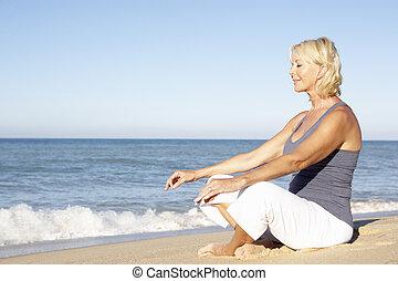 vrouw, kleding, het peinzen, fitness, senior, strand