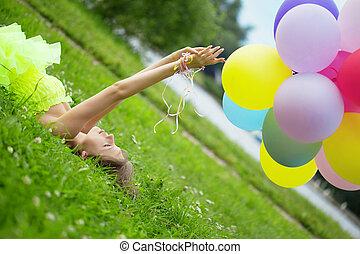 vrouw, kleurrijke, lucht, vasthouden, ballons, bos