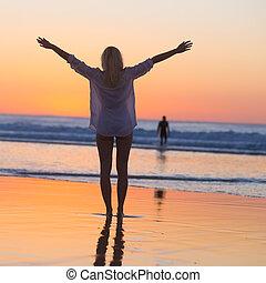vrouw, kosteloos, vakanties, het genieten van, strand, sunset.