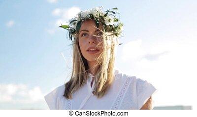 vrouw, krans, jonge, buitenshuis, het glimlachen, bloemen