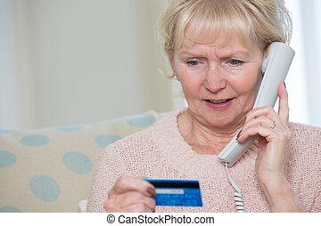 vrouw, krediet, geven, telefoon, details, senior, kaart
