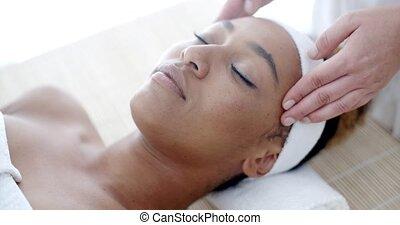 vrouw, krijgen, een, gezicht, behandeling, op, spa