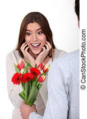 vrouw, krijgen, haar, bloemen, verwonderd, boyfriend