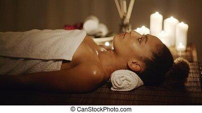 vrouw, krijgen, relaxen, in, de, spa, salon
