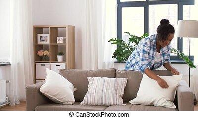 vrouw, kussens, sofa, amerikaan, afrikaan, schikken