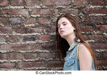 vrouw, leun, baksteen muur