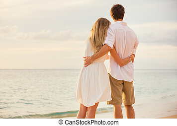vrouw, liefde, romantische, schouwend, zon, het omhelzen van het paar, oceaan, set, ondergaande zon , elke, vrolijke , strand, andere., man
