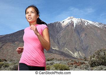 vrouw lopend, op, berg, spoor