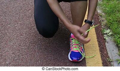 vrouw, loper, shoelace, knopende