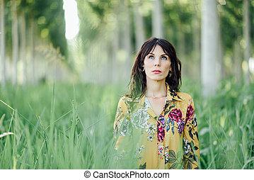 vrouw, lucht, forest., groene, fris, het genieten van