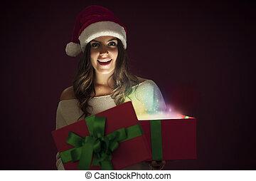 vrouw, magisch, cadeau, opening, kerstmuts