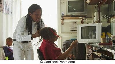 vrouw, man, stilerend haar, afrikaan