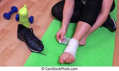 vrouw, mat, repareren, medisch, verband, fitness, enkel,...