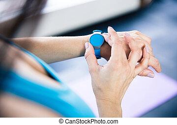 vrouw, met, activiteit, tracker
