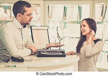 vrouw, met, assistent, helpen, kies, juwelen