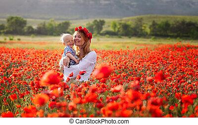 vrouw met baby, in, een, akker, van, rood, klaprozen